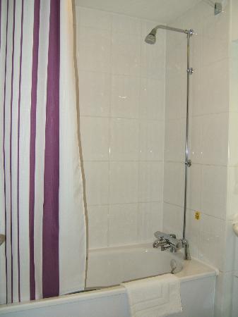 Premier Inn Hull North Hotel: Shower over the bath