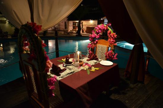 Jacaranda Beach Resort: cena sulla piscina