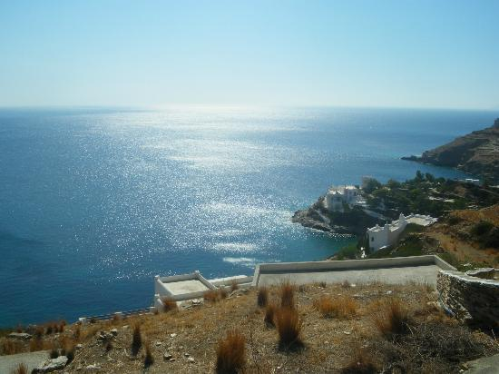 Galini Pension: View coming closer to the beach of Mylopotas in Ios