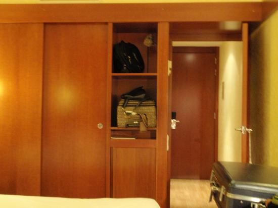 Hotel Derby: Plenty of closet space, hotel safe and mini fridge