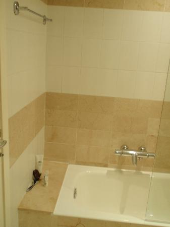 Hotel Derby: Nice marble tiled shower/bath