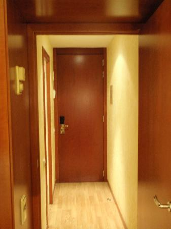 Hotel Derby: Bedroom is separated from bathroom and front door via vestibule area.