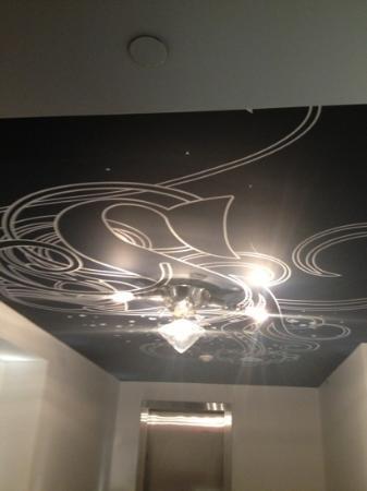 Hotel Chez Swann: artsy ceiling