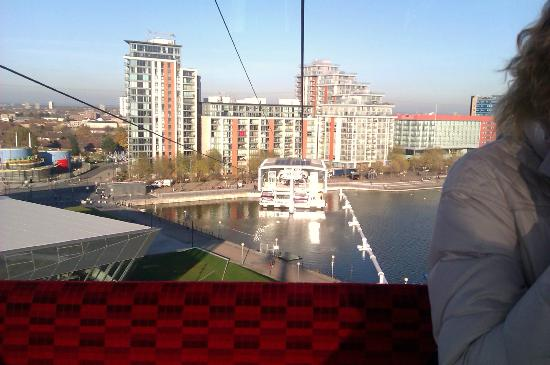 Emirates Air Line Cable Car - Royal Docks: Blick nach Royal Victoria und Apartmens