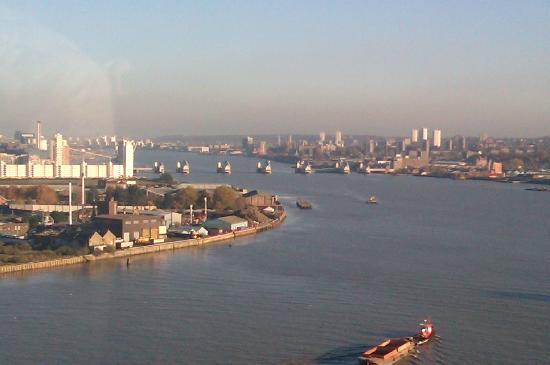 Emirates Air Line Cable Car - Royal Docks: Blick auf das Themse Hochwasser-Sperrwerk