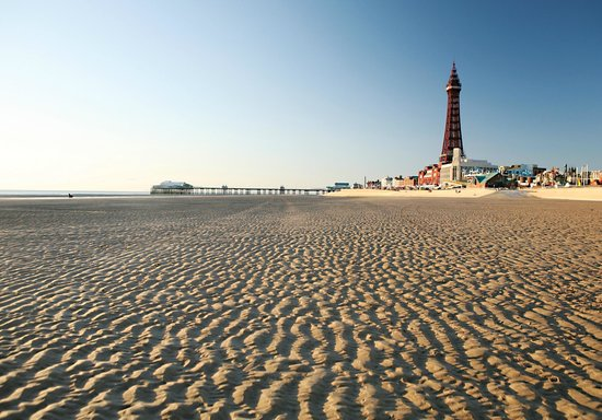 แบล็คพูล, UK: Blackpool Tower and beach