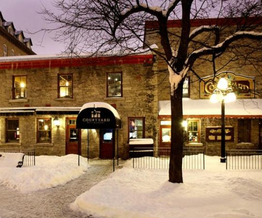 Courtyard Restaurant: The outside courtyard is so beautiful during the winter!