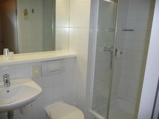 Hotel Ibis Wien Messe: Salle de douche