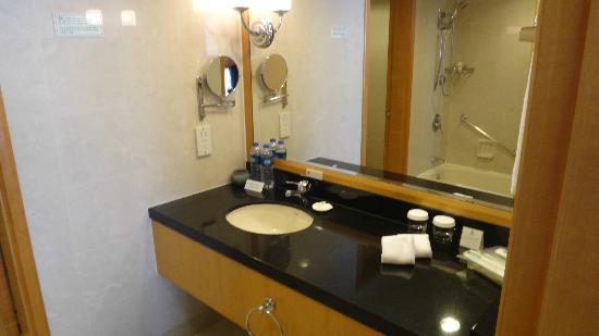 Wenhua Business Hotel: Main bathroom