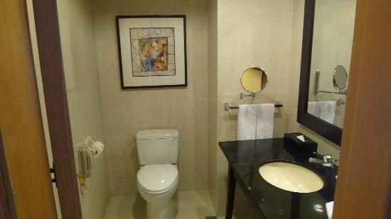 Wenhua Business Hotel: half bathroom