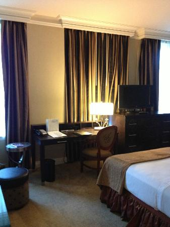 The Skirvin Hilton Oklahoma City: Desk and chest in guest room