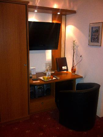 mini schreibtisch mit tv bild von hotel aragia. Black Bedroom Furniture Sets. Home Design Ideas