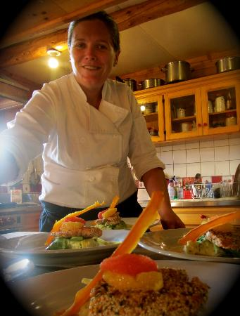 Selkirk Mountain Experience Lodge: Durrand Glacier: Chef Jenni putting the final touches on dinner