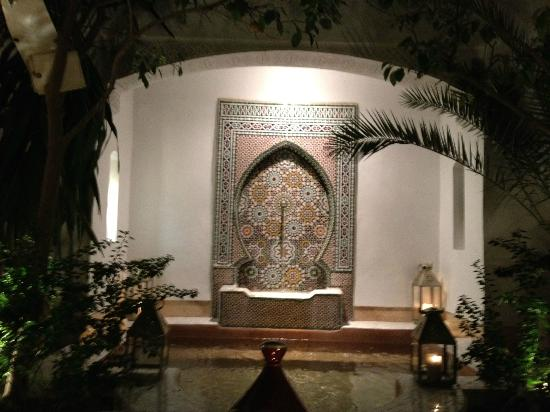 Riad Karmela: Main sitting area - fountain