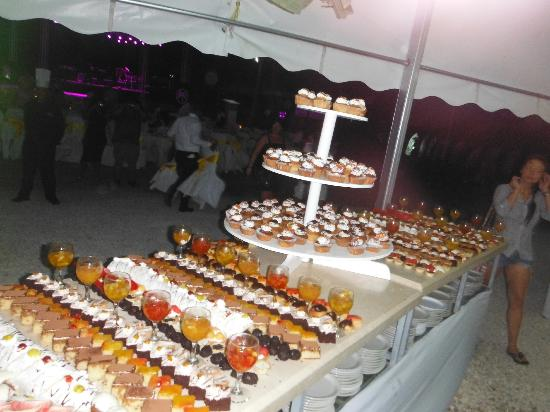 The Tropical at Lifestyle Holidays Vacation Resort: Welcome Party dessert table