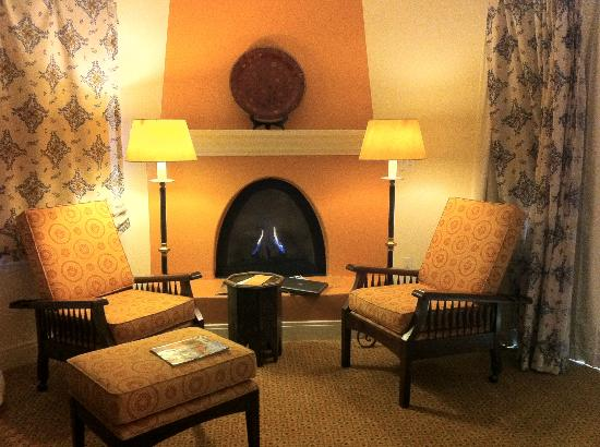 Ojai Valley Inn & Spa: Fireplace area in the room