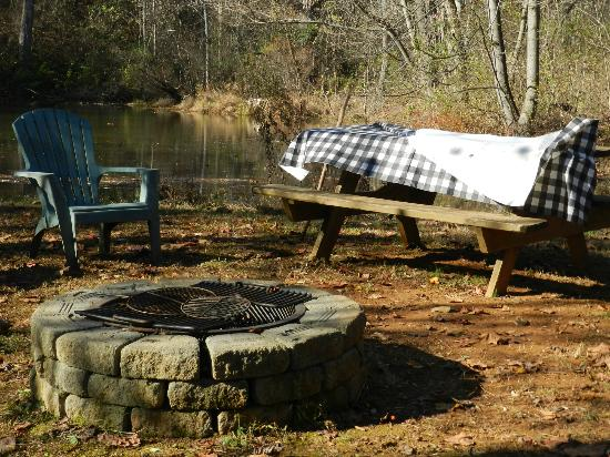 Inn on Poplar Hill: Pond firepit & seating
