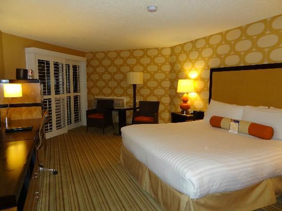 """SeaCrest OceanFront Hotel: Zimmer mit """"70er-Tapete"""""""