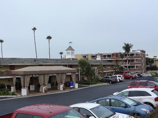 SeaCrest OceanFront Hotel: Links die Lobby, rechts die Zimmer