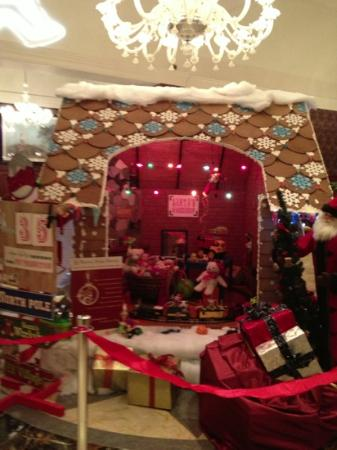 Royal Park Hotel: ginger bread house in Royal Park lobby ....awesome!