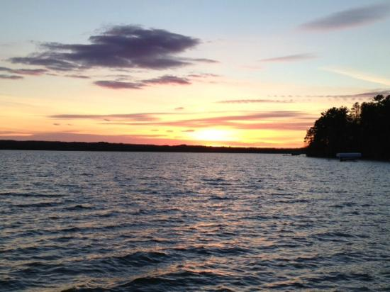Sugar Lake Lodge: Sunset view from the dock