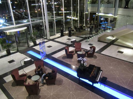 Hilton Sofia: Lobby at night