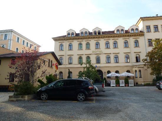 Hotel Bayerischer Hof: Back entrance from the parking lot