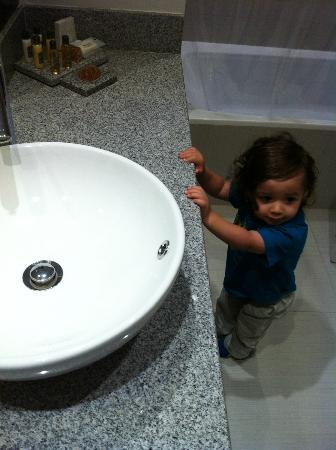 NM Lima Hotel : Son in Bathroom