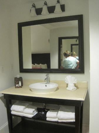 Hotel Indigo San Antonio At The Alamo: Sink, etc.