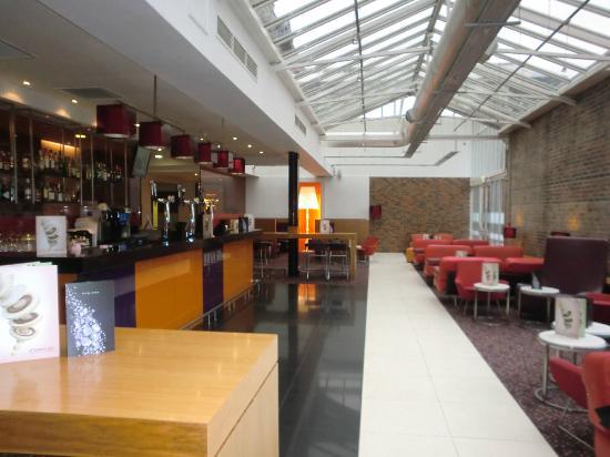 Novotel Cardiff Centre: bar