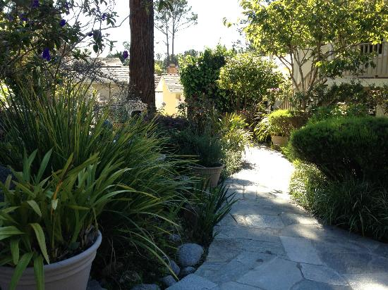 Vendange Carmel Inn & Suites: Peaceful Garden