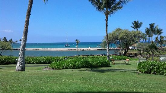 Waikoloa Beach Marriott Resort & Spa: View from Pool Area to the Beach and Bay