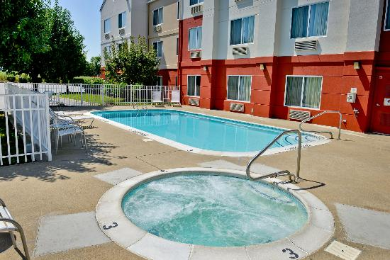 Fairfield Inn Louisville South : Outdoor Pool and Jacuzzi