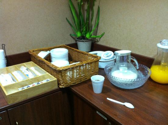 Microtel Inn & Suites by Wyndham Lithonia/Stone Mountain : Poor breakfast!  Warm imitation orange juice.