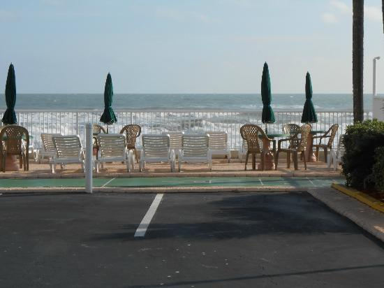 Atlantic Ocean Palm Inn: Sun deck and shuffle board. Staff came out and cleaned area every morning.