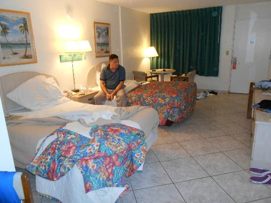 Atlantic Ocean Palm Inn: Deluxe room. Perfect for those on a budget. Outdated furniture but well maintained.