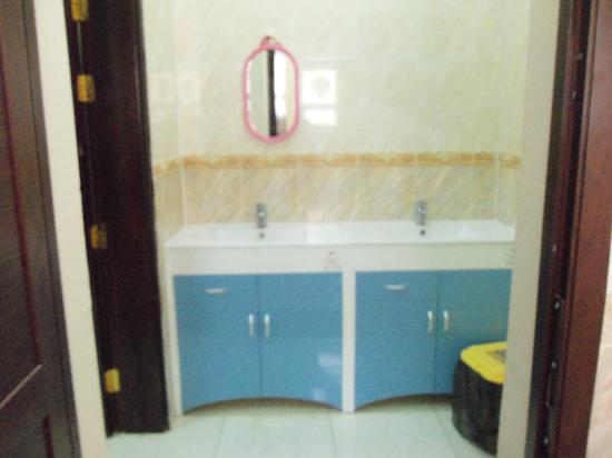 Al Taif Tours Accommodation: Waschbecken abgetrennt vom Bad