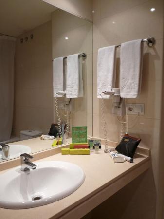 Silken Concordia Hotel: Badezimmer Zimmer 401