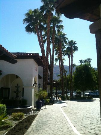 Omni Rancho Las Palmas Resort & Spa: View of rest of hotel and mountains from entrance
