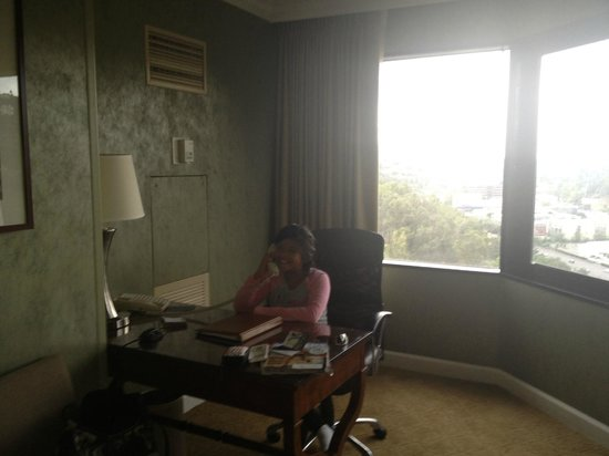 Hilton Los Angeles/Universal City: office desk