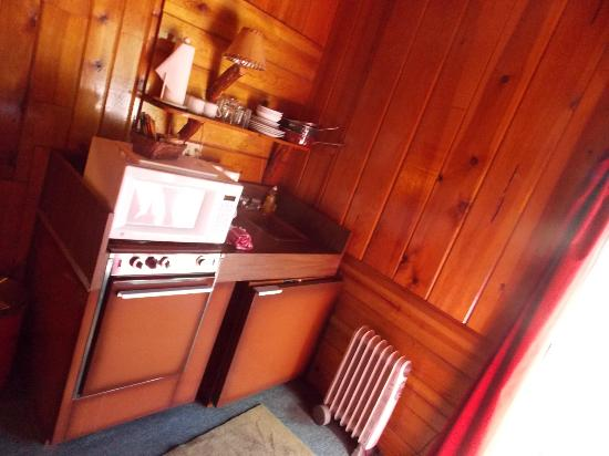 Strawberry Creek Bunkhouse: Sleeps Four Kitchen