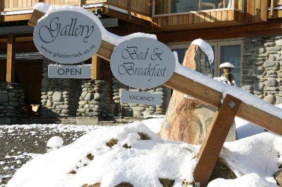 Glacier Rock Bed and Breakfast: signs in snow