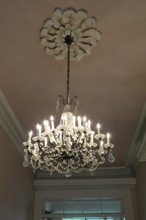 Olivier House Hotel: Chandelier in the entry way