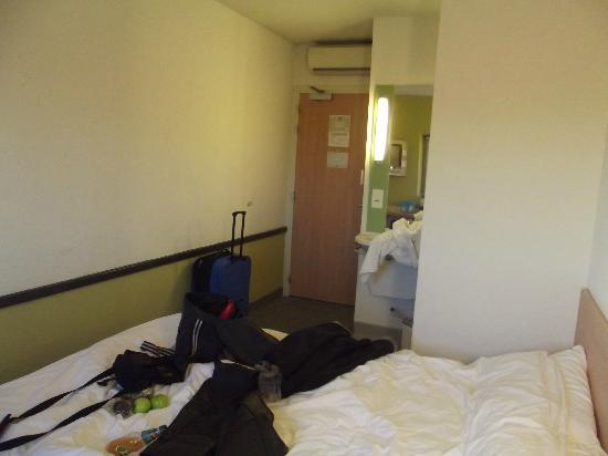 Hotel ibis budget Birmingham Airport: Bedroom (sorry about the mess! haha)
