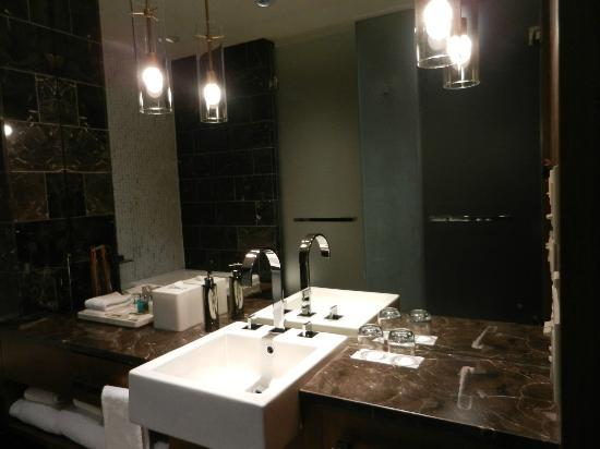 Loden Hotel: The bathroom