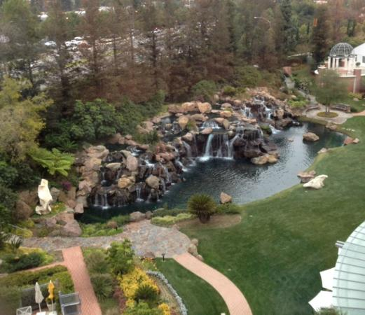 Four Seasons Hotel Westlake Village: View from the room (waterfall side)