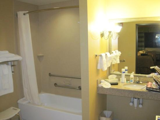 Comfort Suites Bloomsburg: clean spacious bathroom