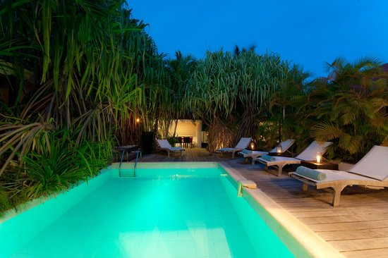 Salines Garden Cottages: Swimming pool at night