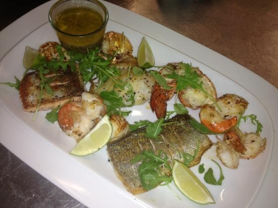 Nick's Restaurant: mixed grilled fish