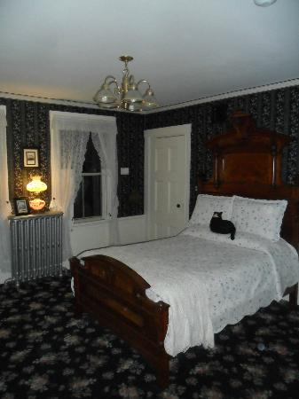 Lizzie Borden Bed and Breakfast: 2nd Floor Room